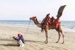 Man och kamel i Karachi Arkivbild