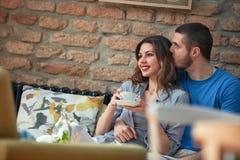 Man och kvinna i bar på Februari 14th arkivfoto