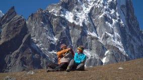 Man och kvinna i bergen arkivfilmer