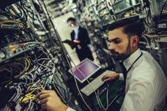 Man och kvinna i datacenter arkivbilder
