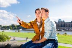 Man och kvinna i Dresden på den Elbe flodstranden arkivbilder