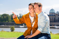 Man och kvinna i Dresden på den Elbe flodstranden royaltyfri bild