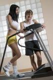 Man och kvinna i idrottshallen Royaltyfri Foto