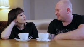Man och kvinna i kafé stock video