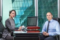 Man och kvinna i kontoret Arkivfoto