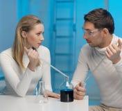 Man och kvinna i laboratorium Arkivbilder
