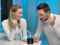 Man och kvinna i laboratorium Royaltyfri Foto
