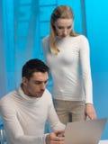 Man och kvinna i laboratorium Royaltyfri Bild