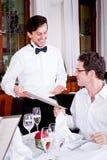 Man och kvinna i restaurangen för matställe Fotografering för Bildbyråer