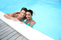 Man och kvinna i simbassäng Royaltyfria Bilder