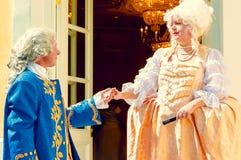 Man och kvinna i slottdräkterna Royaltyfria Bilder