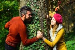 Man och kvinna med lyckliga framsidor på höstnaturbakgrund Arkivfoton