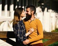 Man och kvinna med lyckliga framsidor på vit byggnadsbakgrund Flicka och skäggiga lyckliga vänner för grabb eller på datumkram arkivbilder