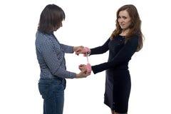Man och kvinna med par av handbojor Royaltyfria Bilder