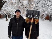 Man och kvinna mot bakgrunden av vinternaturen arkivbild