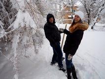 Man och kvinna mot bakgrunden av vinternaturen royaltyfri foto