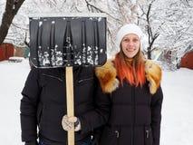 Man och kvinna mot bakgrunden av vinternaturen royaltyfria foton