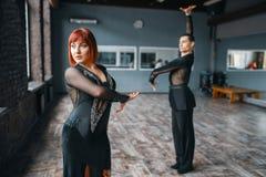 Man och kvinna på ballromdansutbildning i grupp royaltyfria bilder