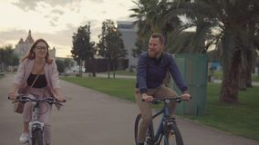 Man och kvinna på en cykelritt arkivfilmer