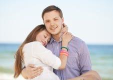 Man och kvinna på en strand Royaltyfria Bilder