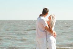 Man och kvinna på havet Royaltyfria Bilder