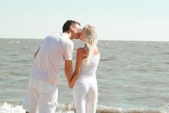 Man och kvinna på havet Arkivfoto