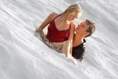 Man och kvinna på havet Arkivfoton