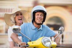 Man och kvinna på sparkcykeln arkivfoto