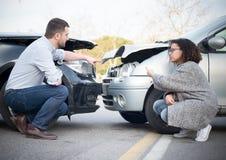 Man och kvinna som argumenterar efter en bilkrasch Royaltyfri Fotografi