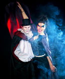 Man och kvinna som bär som vampyr och häxa. Allhelgonaafton arkivfoton
