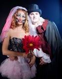 Man och kvinna som bär som vampyr och häxa. Allhelgonaafton royaltyfri bild