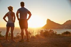 Man och kvinna som beskådar, når att ha joggat Arkivfoton