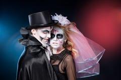 Man och kvinna som bär som vampyr och häxa. Allhelgonaafton Fotografering för Bildbyråer