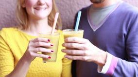 Man och kvinna som dricker den sunda smoothien stock video