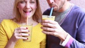 Man och kvinna som dricker den sunda smoothien lager videofilmer