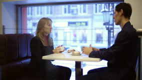 Man och kvinna som dricker te i kafét arkivfilmer