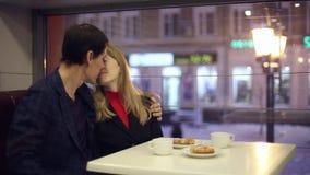 Man och kvinna som dricker te i kafét stock video