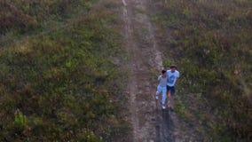 Man och kvinna som går sikt från luften arkivfilmer