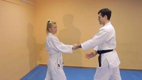 Man och kvinna som gör Aikido i idrottshall arkivfilmer