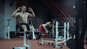 Man och kvinna som gör sportar lager videofilmer