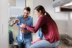 Man och kvinna som gör sysslor som tvättar kläder Arkivfoto