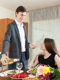 Man och kvinna som har den romantiska matställen Royaltyfri Fotografi