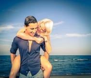 Man och kvinna som har gyckel på stranden arkivbild