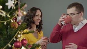 Man och kvinna som har trevlig konversation över koppen av den varma drycken, parti för nytt år lager videofilmer