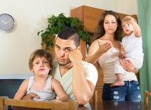 Man och kvinna som hemma grälar Arkivfoto
