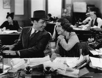 Man och kvinna som i regeringsställning arbetar (alla visade personer inte är längre uppehälle, och inget gods finns Leverantörga arkivfoton