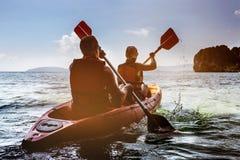 Man och kvinna som kayaking i havet Arkivfoto