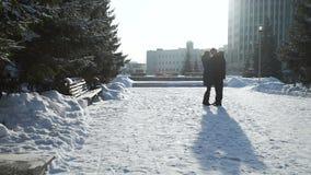 Man och kvinna som kramar i kall vinterdag arkivfilmer