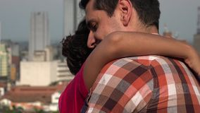 Man och kvinna som romantiskt dansar arkivfilmer