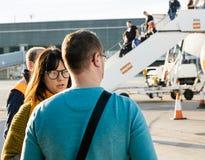 Man och kvinna som ser aircen för EasyJet flygbuss A320-214 OE-IJR arkivfoton